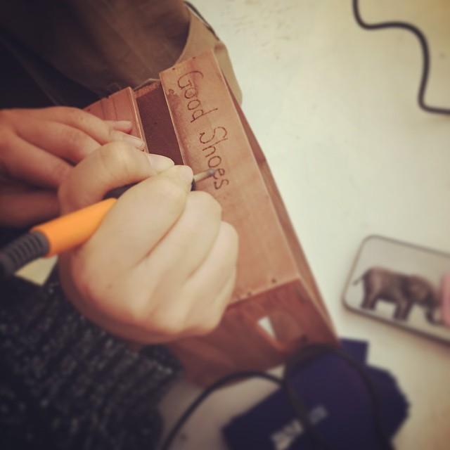1人1人オリジナルのボックスに、焼印でメッセージを入れてもらいました #靴磨き女子部