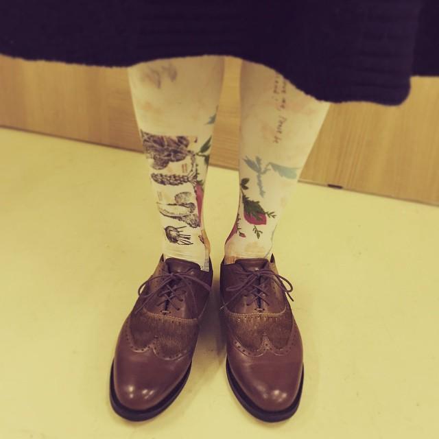 女性の短靴が定着しつつありますね。男っぽい革靴に女性らしいタイツの組み合わせ、好きです。 #靴磨き女子部 #靴磨き女子テリー #paraboot