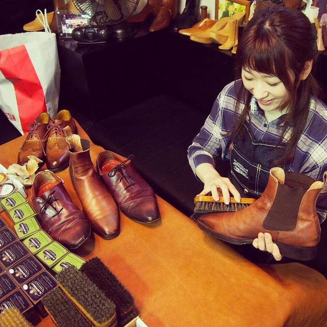 今日は表参道のFANS.でワークショップ。こびと、先生デビュー☆ #靴磨き女子部 #ワークショップ