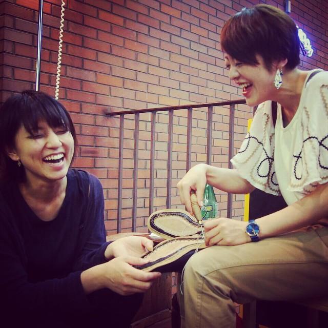 靴のすくい縫いをしながら笑う女子2人。なんか幸せそうですね。 #靴磨き女子部 #靴のすくい縫い #winsfactory