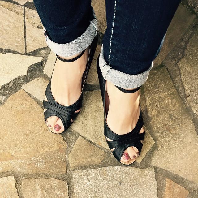 梅雨時期の貴重な晴れ間の足元は、オープントゥで#nailをチラ見せ♪#靴磨き女子部#靴磨き女子部ピンクレンジャー#本日の足元チラ#フットネイル#DIANA#YOLO