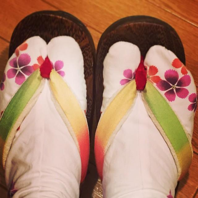 鼻緒を選んでその場ですげてもらってできたマイ・シューズ️マイ・下駄️#下駄 #オーダー #浴衣 #お祭り #花火 #…夏休みが待ち遠しい(笑) #靴磨き女子部しじみ