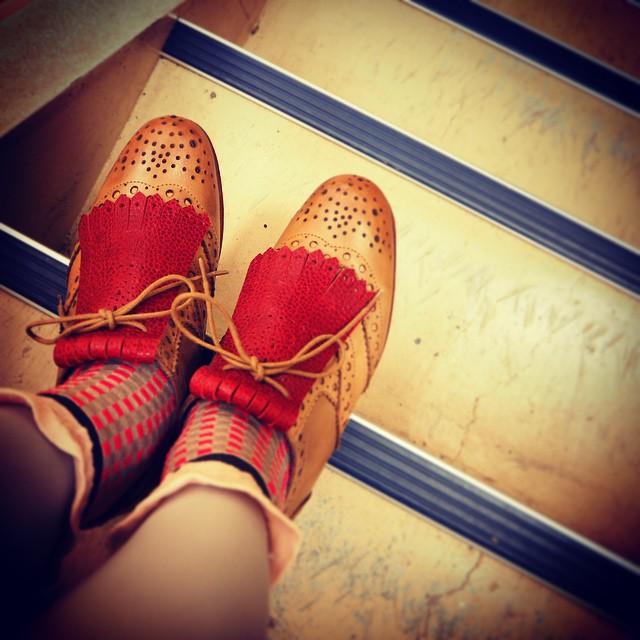 シューキルトってね、いいと思うんですよ。付けるの超カンタンで、一気に靴の表情が変わる。なんてことないライトブラウンのフルブローグが、まるでお伽話のワンダーガール…風…に。なんだそれ…  #靴磨き女子部 #シューキルト #antipast #caminando #靴磨き女子部テリー