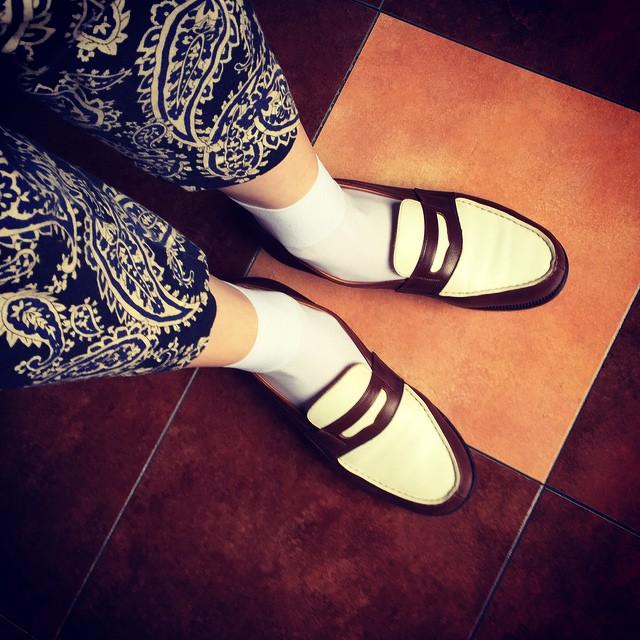靴磨き女子部 #エスプリ軍曹 から譲り受けたJ.M WESTON のコンビ。サイズがバチバチなのでタイツ地靴下じゃないと履けない小憎たらしいこの子、それ自身が主役級の格好良さなので靴下は白で控え目に…「フォッフォッフォッそれでよいのじゃ。」と彼もご満悦…に見えます☆ #靴磨き女子部 #靴磨き女子部テリー #JMWESTON #ローファー
