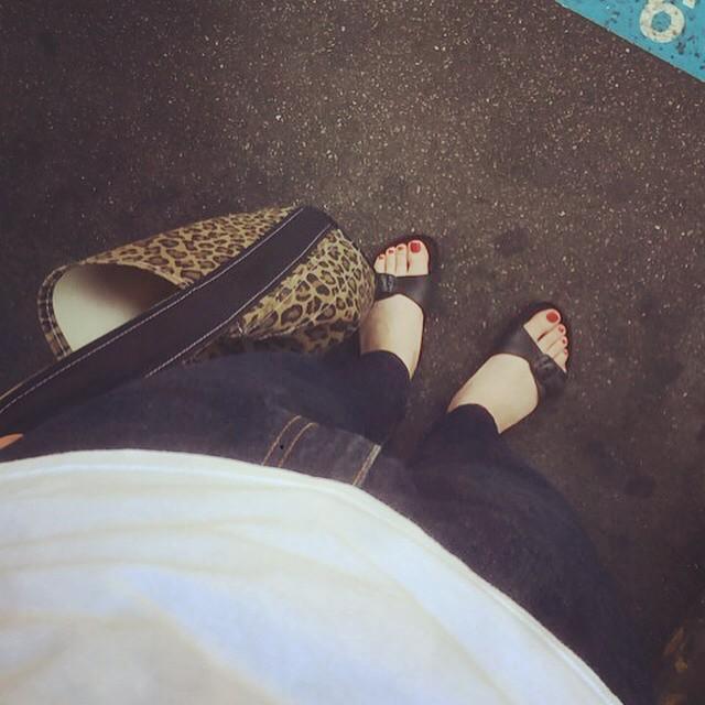 今日はお休みだったのでサンダルを履いてお出かけしました♪こちらのサンダルはみなさんお馴染みのBIRKENSTOCKなんですが、EVA素材というもので出来ていて丸洗いOK・超軽量なんです♪ちょっとメンズっぽくなりすぎたので赤いネイルを塗りました︎ #靴磨き女子部 #靴磨き女子部せんちゃん #サンダル #BIRKENSTOCK #ビルケン #nail