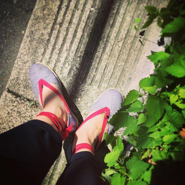 梅雨は明けたし、今日は晴れだし、エスパドリーユの気分かな!赤い足首に巻くリボンかお気に入りの夏靴です☆  #靴磨き女子部 #靴磨き女子部テリー #CAMPER #エスパドリーユ
