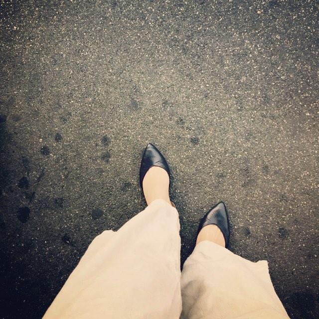 3連休最終日…動きやすさ重視の麻素材のワイドパンツに #ファビオルスコーニ のネイビーパンプスを履いて#横浜 へ!! #本日の足元チラ#靴磨き女子部#靴磨き女子部ピンクレンジャー#ワイドパンツ