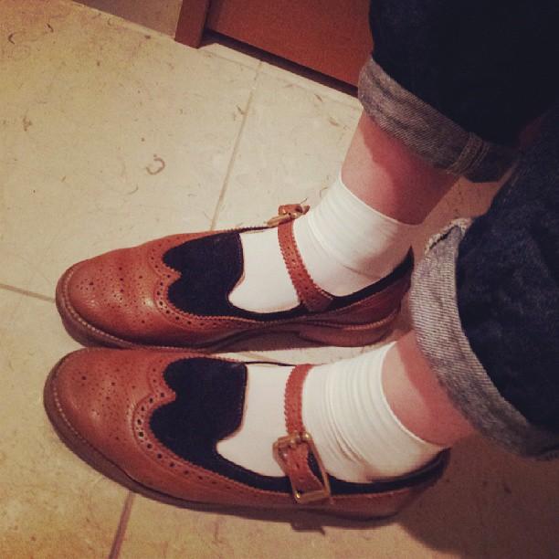 こびと、お気に入りの一足。スムースとスエードのコンビ靴。お手入れは「WOLY コンビケア」でスプレーして完了!#こびと#ユケテン#コンビ#靴#手入れ