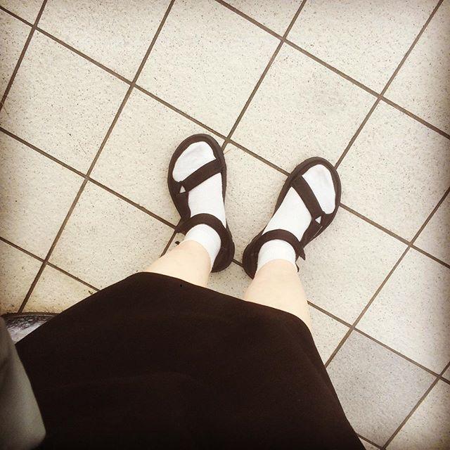 前回に引き続きサンダルです♪tevaはかかとも調整できるので、しっかり足にフィットするところがお気に入りです!流行りに乗って…白いソックスと合わせてみました︎黒いサンダルは、スポーティーで楽ちんなものでもキレイめに見えるのでつい選んでしまいます〜#靴磨き女子部 #靴磨き女子部せんちゃん #teva #靴下 #サンダル