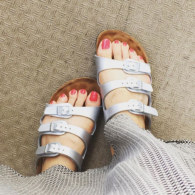 お気に入りのBIRKENのサンダルです♪1回このラクチンさを覚えでしまったら、、、って感じです♡ふらっとお散歩するときや、海に行くときも履きたい1足です#靴磨き女子部#グリーンメン#BIRKENSTOCK#ビルケン#サンダル