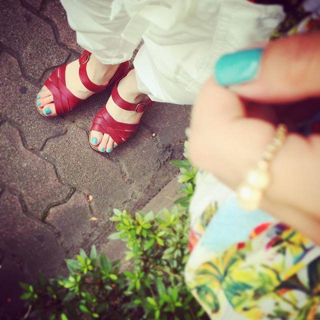 東京は暑くなりそうですね!コーディネートでアゲるしかないっ。白のさわやかハイウエストパンツにオイルドレザーのサンダルで会社にgo♪ #靴磨き女子部 #靴磨き女子部テリー