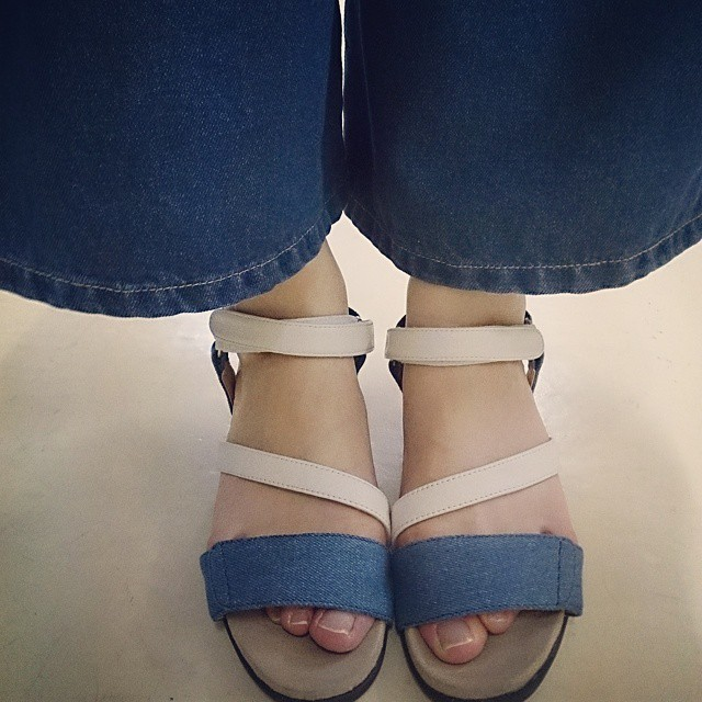 風が通って涼しいジーンズのガウチョパンツにbell florrieのフットベッドサンダルで今日の暑さを乗りきります☆ #本日の足元チラッ #ハスキー犬 #靴磨き女子部 #bellflorrie