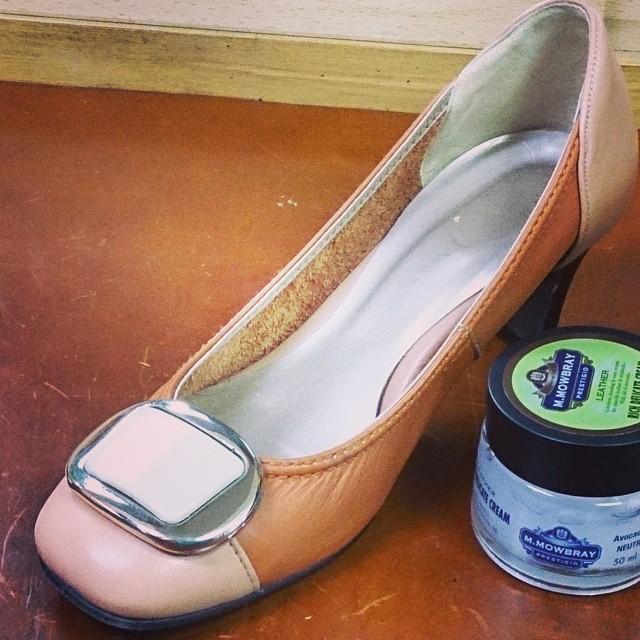 色に惹かれて購入した、お気に入りのWashingtonパンプス。M.モゥブレィ・プレステージ リッチデリケートクリームでしっとりケア♪ #ハスキー犬 #靴磨き女子部  #本日の足元チラッ #washington