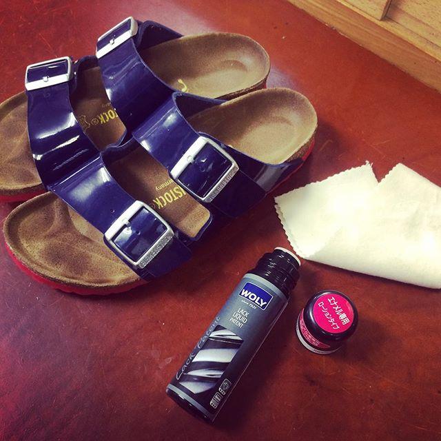 この夏の相棒、赤いソールがかわいい子です︎パテントなので、お手入れは#wolyラックパテント で磨くだけなので簡単〜♪#ビルケンシュトック#アリゾナ#パテント#靴磨き女子部#バクバクコアラ