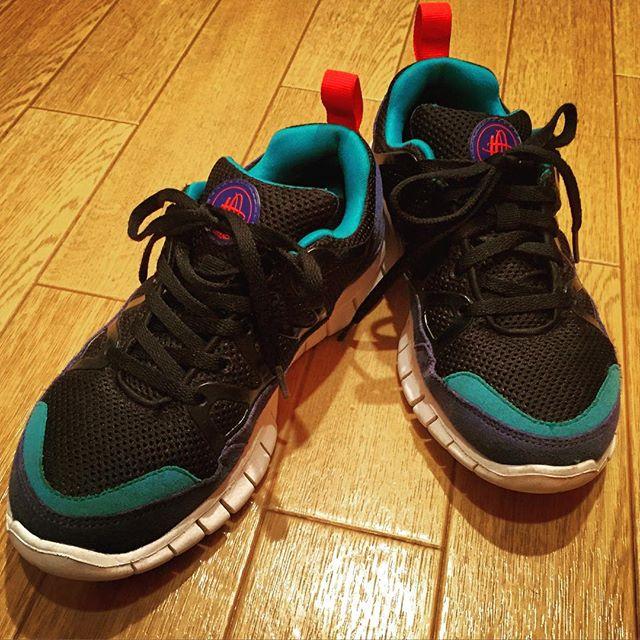 去年復刻された#AIR HUARACHEではなく、その少し前に発売された#FREE ソールバージョン。軽くて、よく屈曲して、かわいい。大好きな1足です。#NIKE #これでランニングはしてませんが…#ハラチライト #NIKE推し #靴磨き女子部 #しじみ #HUARACHE
