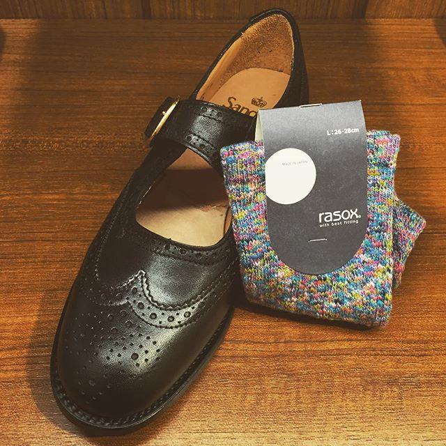 この窓から見える、この靴下。。間違いなく可愛いです!#日本橋三越 #はじまりのカフェ にて☆#SANDERS #rasox #サンダース #メリージェーン #ラソックス #Hajimarino #cafe #英国靴