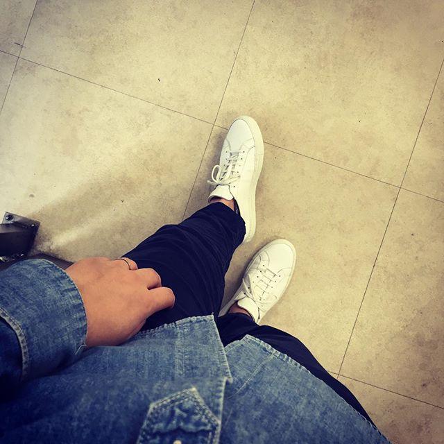 軍曹もスニーカー履きます#commonprojects #shoes #fashion #white #kicks #sneakers #black #エスプリ軍曹参上 #靴磨き女子部 #靴磨き #足元くら部 #足元 #italy #ホワイトスニーカー #コモンプロジェクト #コモンプロジェクツ#深夜に登場