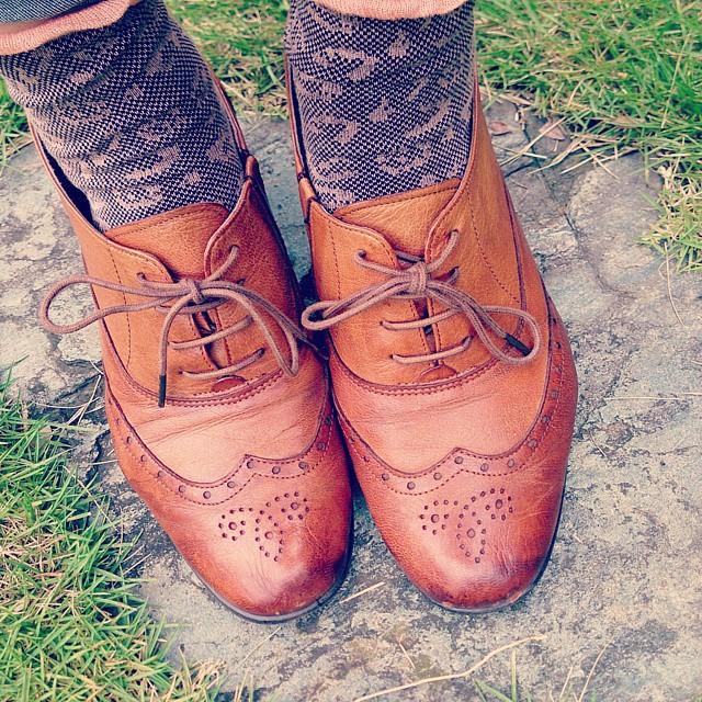 Riz comfortのオクスフォードヒールシューズに秋色靴下を合わせて。ヒールがあっても安定してて疲れにくく愛用してます♪ #ハスキー犬 #靴磨き女子部 #riz #ヒールシューズ #ウィングチップ