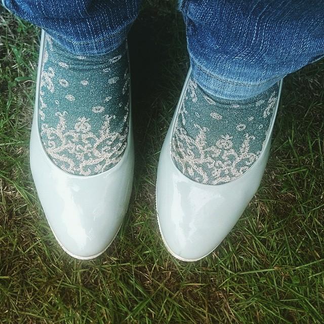 雨の日はエナメル。パンプスは靴下と合わせたファッションが楽しめるのも良いですよね(^^) #ハスキー犬 #靴磨き女子部 #エナメル #パンプス