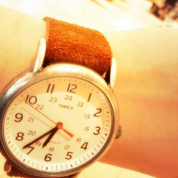:こんにちは!こびとでーす!:私がここ何年か愛用してる腕時計です。:スエード素材のベルトに一目惚れして買いました。:秋冬は大活躍の子です♪#TIMEX#時計#スエード#ベルト#靴みがき女子部#こびと