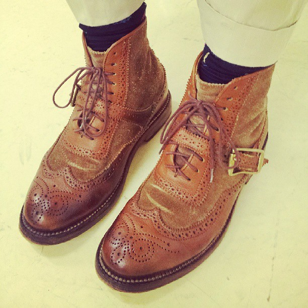 こんにちは!こびとです(ˊᗜˋ*).これは私のお気に入りの一足なのですが、よく履くので、よく汚れます。。。笑.「ステインリムーバー」で汚れを取って、つま先をクリームでツヤツヤにしてきたばっかりのこの一足をパシャリ。.3分前とは見栄えが違います(*´ω`*).#靴みがき女子#こびと#yuketen#BEAMSBOY#シューケア