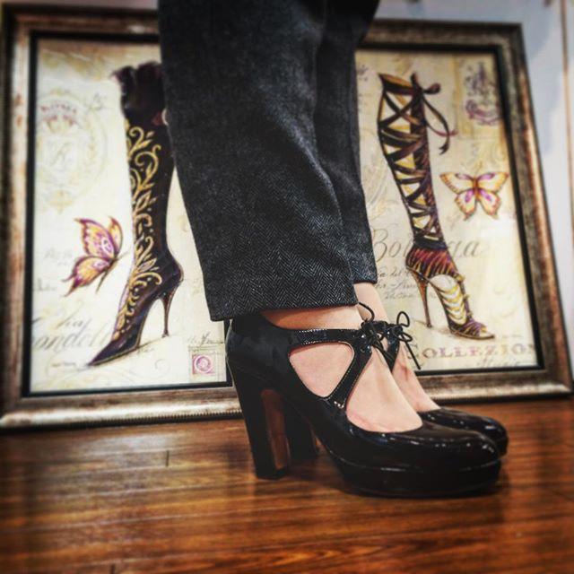 フラットシューズばかりな私も今日はヒールをきちんと感を意識する日はこの靴にお世話になってます!エナメルもピカピカに磨きました#PALAZZOBRUCIATO #パラッツォブルチャート #エナメル#9cmヒール#足元チラッ#靴磨き女子部#バクバクコアラ