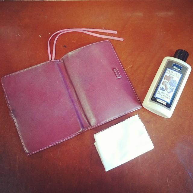 4年くらい愛用しているボルドー色の牛革手帳カバー。ちょっとしたキズができてしまったので #wolyクリームエッセンシャル で保湿を。べたつかないところもうれしいポイントです これからも長ーく使用していきます #ハスキー犬 #靴磨き女子部 #手帳カバー #シューケアマイスターのお気に入り