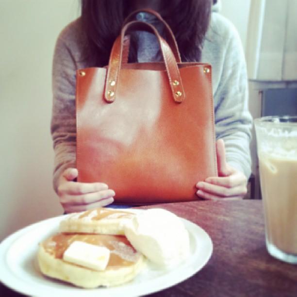 .こんにちは!こびとですー☆.今日は清澄白河にある「fukadaso」というお気に入りのカフェに来ています。.今回はそんな私のお気に入りのハンドバッグです。.これは形が可愛くて一目惚れした大切なもの。.長く愛用していきたい子です!.#靴みがき女子部#こびと#BEAMSBOY#カーフレザー#fukadaso