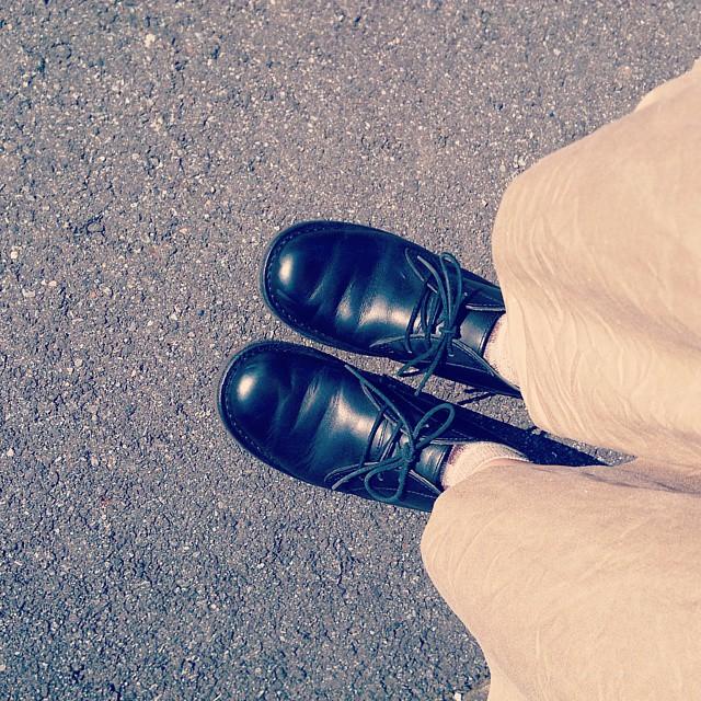 涼しく爽やかに晴れた今日は、柔らかい色味のガウチョパンツにリーガルのチャッカーブーツを合わせて。 #ハスキー犬 #靴磨き女子部 #本日の足元チラッ #リーガル #ガウチョ #チャッカーブーツ