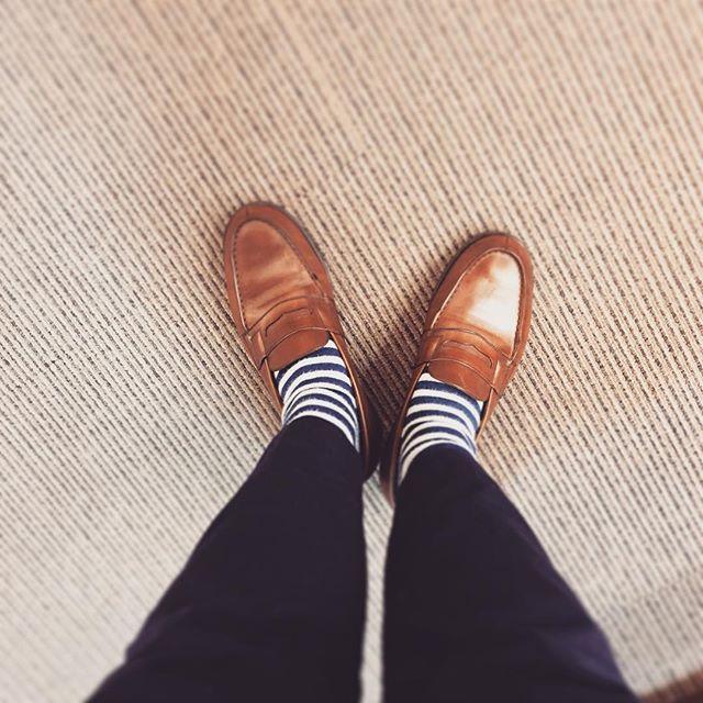 こんばんは★ブラウンとは実に愉快で楽しいカラーです履けば履くほど表情を変えて自分カラーへ染まっていきます#jmweston #180 #loafer #french #shoes #shoshine #polish #ボーダー #靴下 #socks #靴下同盟 #エスプリ軍曹登場 #brown #Macintosh #kicks #englishguild #足元倶楽部 #足元くら部 #靴磨き女子部 #shoecare #tokyo #japan #ボーダー同盟
