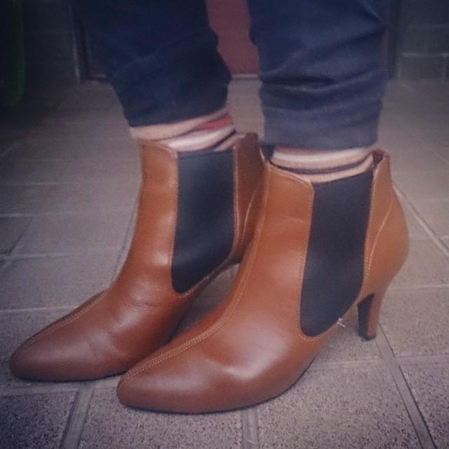 久々にヒール靴履きました☆ キャメルのサイドゴアブーツ。足によくフィットするし歩きやすく服にも合わせやすい(^^)v サイドにあるゴムのおかげで脱ぎ履きしやすいという所も良いポイントです #靴磨き女子部 #ハスキー犬 #本日の足元チラッ #サイドゴアブーツ
