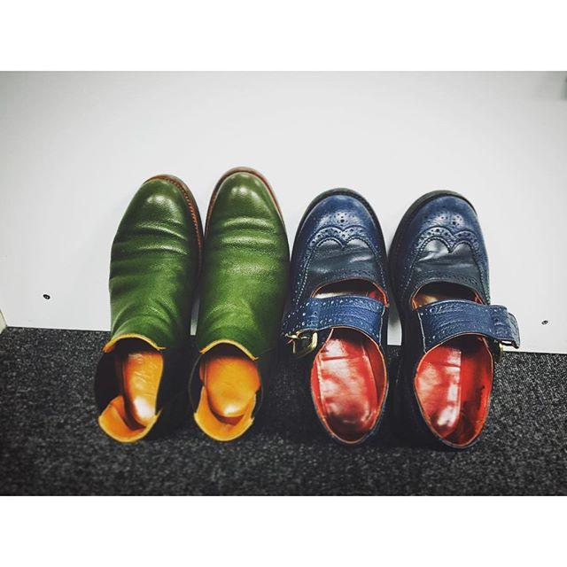 あーしたい、こーしたい、と、好きな色をライニングまで選んだら、並べた時にこんなになりました。色のあるものが、好きです。#みどり #オレンジ #赤 #navy #トリッカーズ #trickers #メリージェーン #コンビ #hiroshiarai #サイドゴア #チェルシー #かぼちゃ #靴磨き女子部 #しじみ