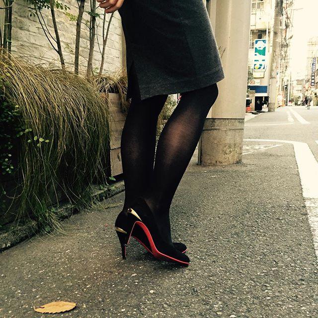 チラッと見えるレッドソールに心惹かれました︎#靴磨き女子部#diana#ペンシルスカート#レッドソール#ハイヒール#スエード#靴磨き女子部ピンクレンジャー