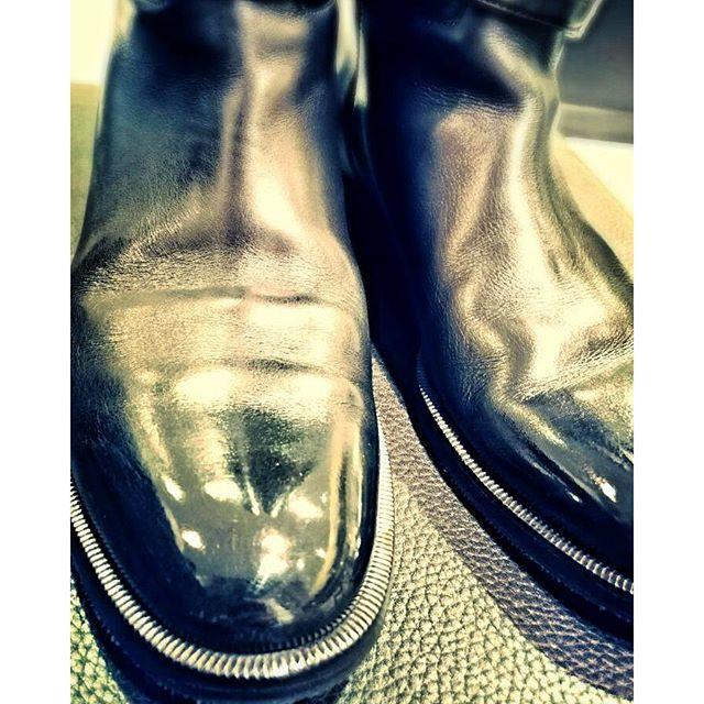 最近女性ものブーツのつま先にもハイシャインかけられてる方が多いような?#靴磨き女子部
