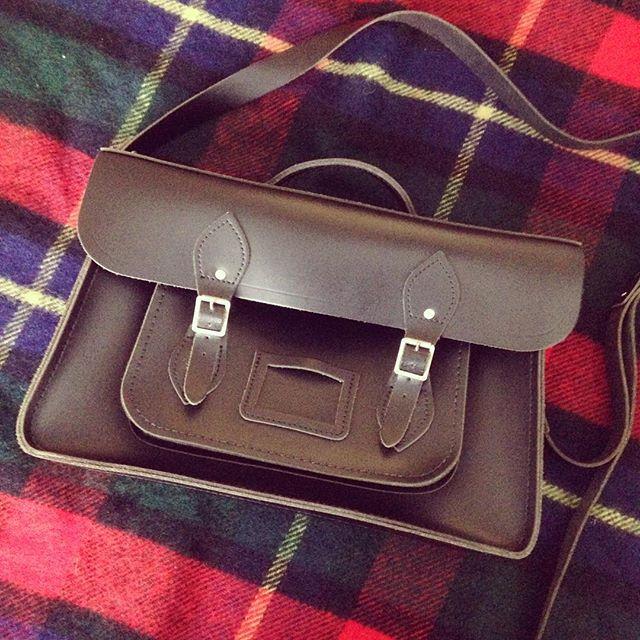 冬になると持ち歩きたくなる鞄です︎#靴磨き女子部 #靴磨き女子部せんちゃん #cambridgesatchel #サッチェル