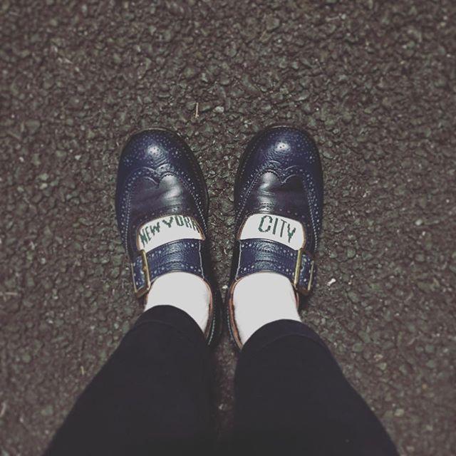 ソックスの甲に入ったNEW YORK CITYの文字が靴の窓にぴったりなのが好きで、たびたびこの組み合わせをします。でも…#イギリス靴から覗くアメリカの都市#ROSTERSOX #newyorkcity #trickers #トリッカーズ #メリージェーン #靴磨き女子部 #しじみ