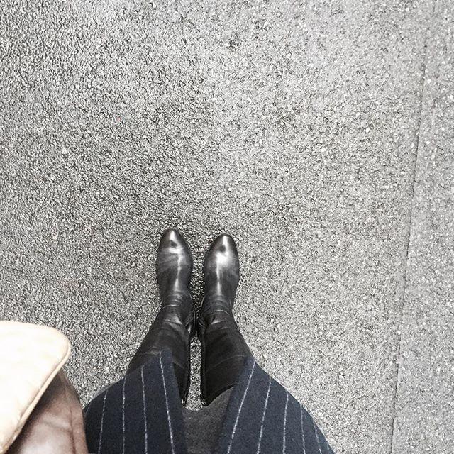 都内、初雪☃ロングブーツ日和でした。HP:@shoecaregirls #靴磨き女子部#靴磨き女子部ピンクレンジャー#本日の足元チラ#足元クラ部 #ロングブーツ #チェスターコート