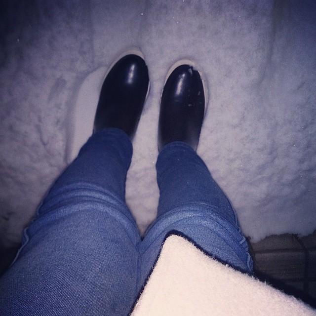 玄関を開けたら辺りは真っ白!こんな日は底が分厚く滑りにくい、ネイビー色のサイドゴアボアスニーカー♪ 内側にモコモコボアが付いているので温かい!当分はスリップに注意ですね #ハスキー犬 #靴磨き女子部 #本日の足元チラッ #unitedarrows #greenlabelrelaxing  #unitedarrowsgreenlabelrelaxing #ユナイテッドアローズグリーンレーベルリラクシング #デニム #コート #サイドゴアブーツ #ボア #雪 #雪道