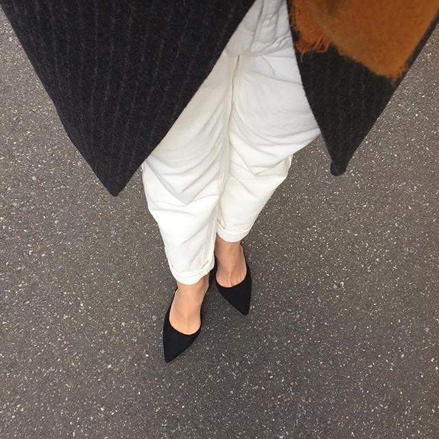 やっと出会えたサイズ感ピッタリのホワイトデニムと寒さを我慢して履いたパンプスHP:@shoecaregirls #靴磨き女子部ピンクレンジャー#靴磨き女子部#本日の足元チラ#ホワイトコーデ #パンプス#チェスターコート#足元クラ部#urbanresearch#zara
