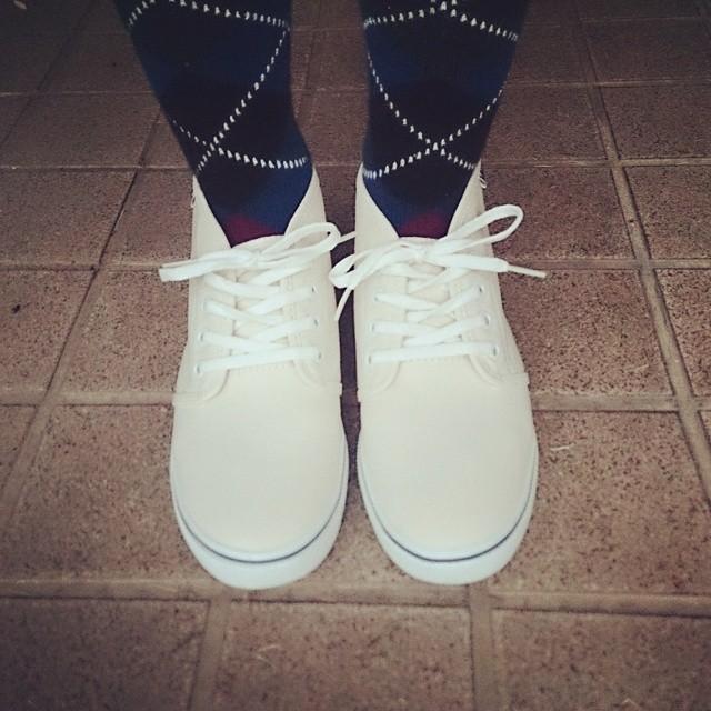 週末に購入したVANSのスニーカー、足にぴったりとフィットして履きやすいrasoxのL字型ソックスに合わせて。白い靴はソックスの柄が映えますね #ハスキー犬 #靴磨き女子部 #VANS #rasox #L字型ソックス #スニーカー #足元倶楽部 足元くら部 #靴下同盟 #socks #靴下HP:@shoecaregirls