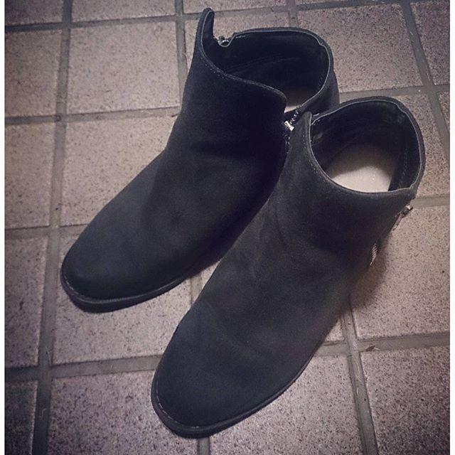 1月の寒さ本日は、スエードのブーティに、保温性のあるウールを使用したclub VINTAGE  comfort ハイブリッドウールを入れて足元を温かく #靴磨き女子部 #ハスキー犬 #ハスキーケン #靴 #clubvintagecomfort #ウール #ハイブリッドウール #ブーティ#ブーティー #C'ast vague #セベージュ #love #ダークグレー #darkgray #本日の足元チラッ #スエードHP:@shoecaregirls