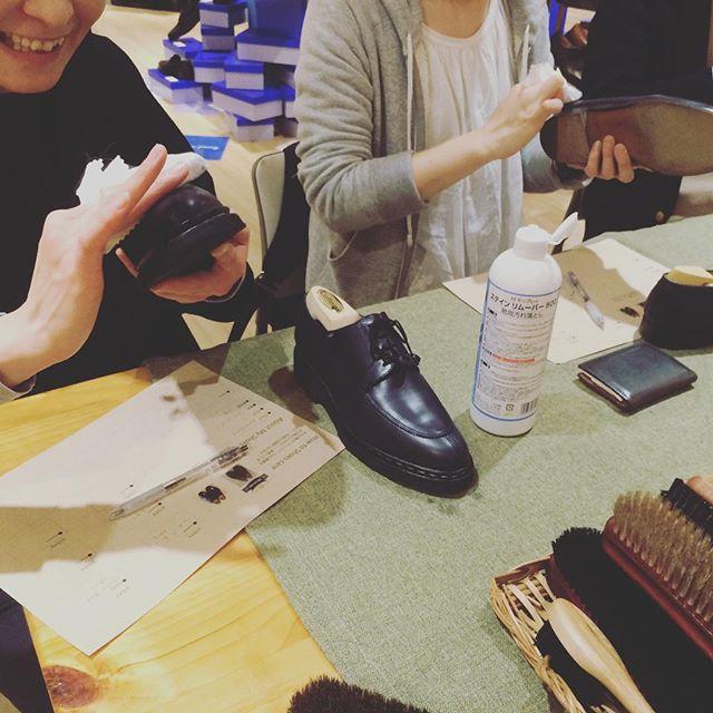みんなでおしゃべりしながらの靴磨きも楽しいですね!:本日は、旦那さんの靴や彼の靴をきれいに磨いてあげたいとお持ちいただく女性たちも。ホワイトデーも近いですし、奥さんや彼女の靴をきれいにお手入れするというのはいかがでしょう?:ワークショップ講師は女性ですが、女性限定企画ではありませのんで、男性もお気軽にどうぞ︎:明日も日曜日もよかったら遊びにきてください♩詳細はプロフィールより飛べます。@shoecaregirls #靴磨き女子部 #靴磨き倶楽部 #shoecare #ショーケア#ワークショップ#みんなで靴磨き#mmowbray #matsuyagin