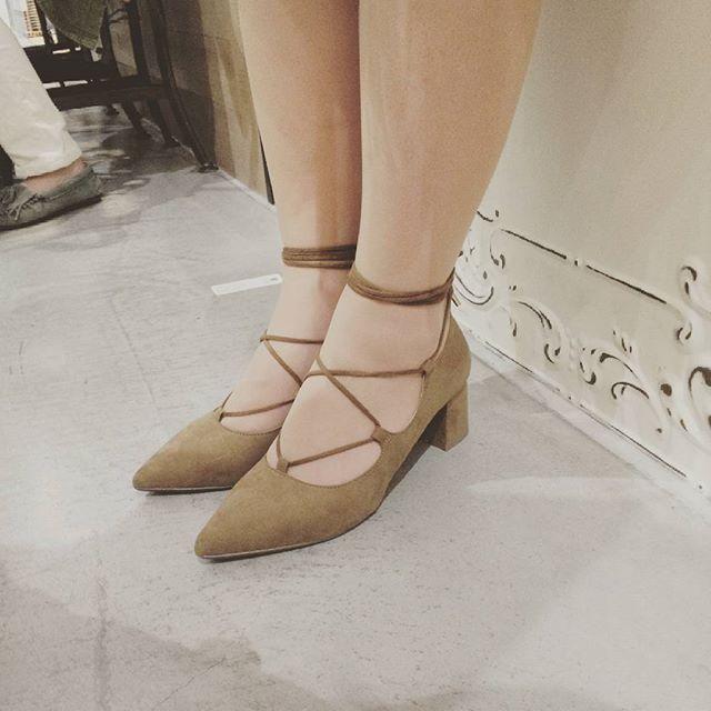 お友達の足もとをパシャリ☆今流行りのレースアップ♡春らしい靴を履きたくなりますね〜♪#レースアップ#靴磨き女子部#shoecaregirls#春靴#足もとくら部#こびと