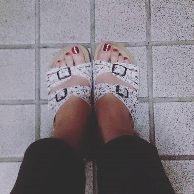 もうすぐ5月。暖かくなりました!そろそろサンダルの季節。サンダル×ペディキュアのおしゃれもこれから楽しめますね♪#靴磨き女子部 #ハスキー犬 #ハスキーケン #本日の足元チラッ #春 #サンダル #コンフォートサンダル #ペディキュア #ボルドー #足元クラ部 #足元くら部 #カーキ