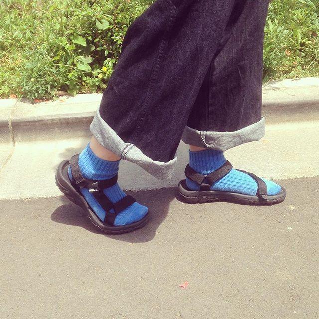 今期初サンダルです♫♫今日はビビットなカラーのソックスを合わせて挿し色にしてみました︎ #靴磨き女子部 #靴磨き女子部せんちゃん #サンダル #teva #はりきりやさんHP:@shoecaregirls