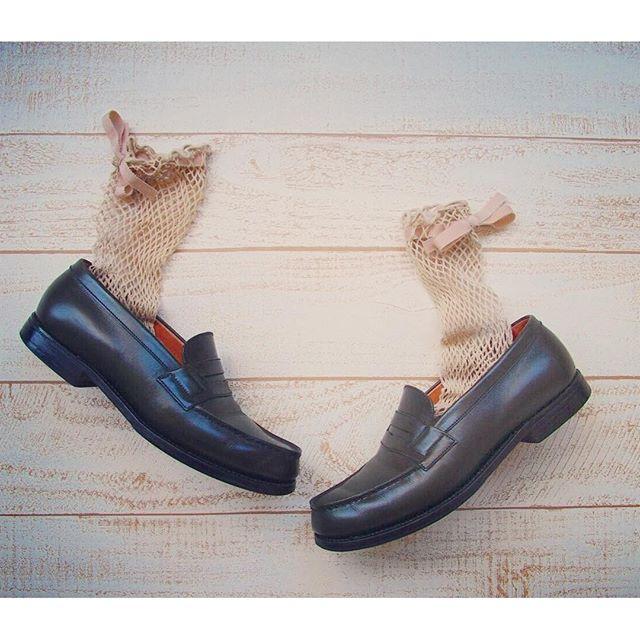 ベージュの網×リボンの甘いソックスも、深いグリーンのハンサムなローファーがぴりっと締めてくれちゃう︎◎可愛くもカッコよくも、どっちも合わせやすい優秀な組み合わせです♡#jmweston #jmウェストン #ローファー #らくちん #なまけもの最高 #なのに #かっこいい #リボン #網 #ソックス #beams #靴磨き女子部 #しじみ
