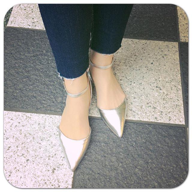 夏に向けて足元にシルバーを取り入れてみました。レザーソールのパンプスは久しぶりです︎マウジーのスキニーデニムを切りました。HP:@shoecaregirls #本日の足元チラ#靴磨き女子部#靴磨き女子部ピンクレンジャー#マウジー#マウジーデニム#カットオフデニム#足元倶楽部#シルバー #ポインテッドトゥ#痛くない靴#嬉しいな #DIANA#shoes#silvershoes#moussy#denim#cutoffdenim#cutoffjeans#pumps