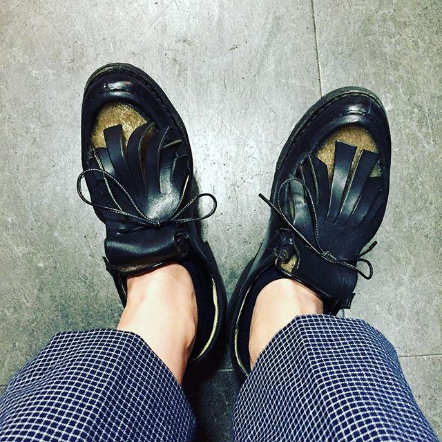 雨ですね〜アザラシですね〜#パラブーツ #ミカエル #ミカエルフォック #paraboot #shoes #足元倶楽部 #靴磨き女子部 #kicks #紗乃織靴紐 ##shoeshine #エスプリ軍曹登場  #今日の楽しみはブルータス #古着特集らしい