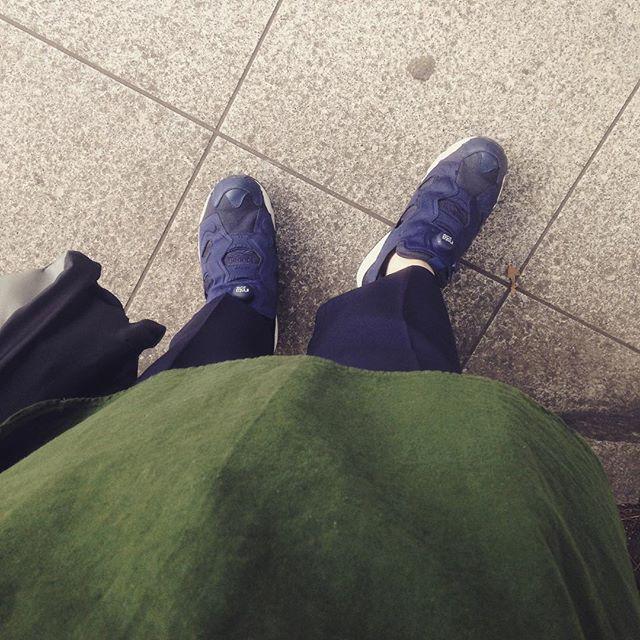 スウェーデン軍のシャツも、きれいめパンツを合わせればすっきりした印象に︎ネイビーのポンプフューリーを合わせました。HP:@shoecaregirls#靴磨き女子部 #靴磨き女子部せんちゃん #reebok #pumpfury #ポンプフューリー #スニーカー #army