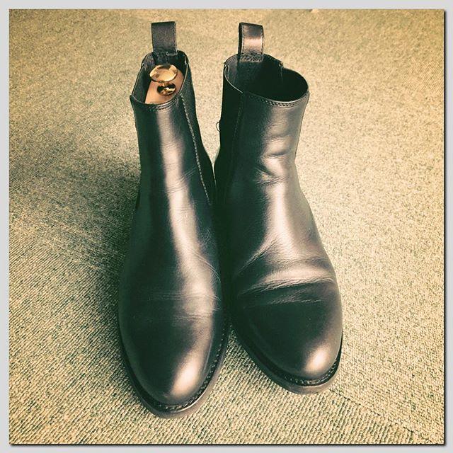この違いを見ると欲しくなるシュートリー。ピシッとキマってます。絶対アンクルパーツもあった方がいいのです!! HP:@shoecaregirls #靴磨き女子部#靴磨き女子部ピンクレンジャー#シューキーパー#サイドゴアブーツ#雨の日靴#あしもと倶楽部 #靴のお手入れ #アンクルパーツ#サルトレカミエ #shoetree#sidegoreboots#blacksoes#leather